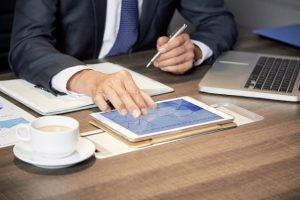 recortar-empresario-usando-tableta-mesa_1098-20059